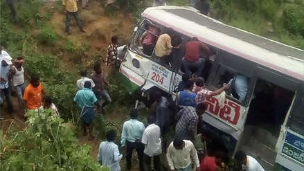 India   Al menos 52 muertos y 35 heridos dejó la caída de un bus a un abismo