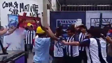 Evangélicos e hinchas de Alianza Lima se enfrentan a palos en parodia de Jorge Benavides [VIDEO]