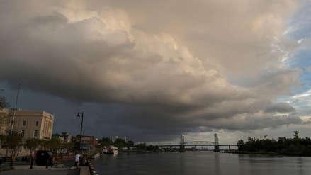Estados Unidos se prepara para el impacto del huracán Florence que mantiene su potencial destructor