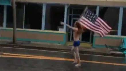 Video | Un hombre desafía al huracán Florence semidesnudo y portando la bandera de EE.UU.