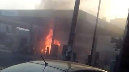 Un incendio en un grifo movilizó a casi una decena de unidades de bomberos en Ate