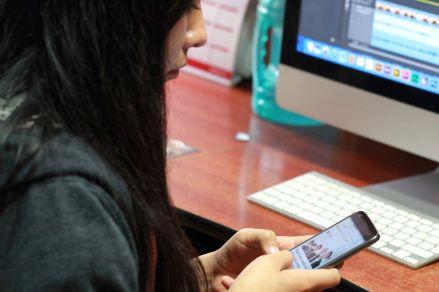 ¿Se deben incluir los 'smartphones' en las clases del colegio? Estos países de Sudamérica ya lo pensaron