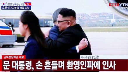 Kim Jong-un y Moon Jae-in se fundieron en un abrazo antes de cumbre de las dos Coreas