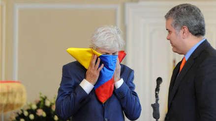 José Pékerman se emocionó y besó la bandera de Colombia en despedida