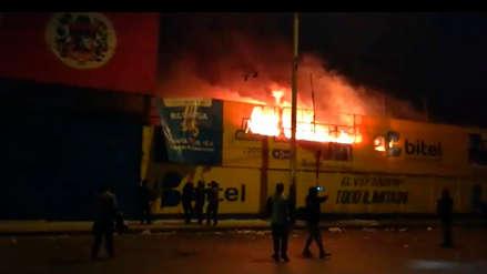 Un incendio arrasó con 6 puestos del mercado Unicachi de Comas