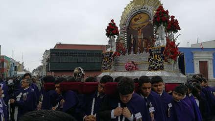 Niños sacan en procesión al Señor de los Milagros en Trujillo