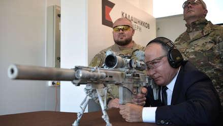 Vladimir Putin demostró su puntería con un nuevo rifle de francotirador ruso