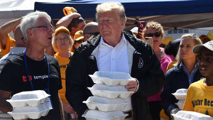 Trump visitó las zonas afectadas por huracán Florence y les prometió