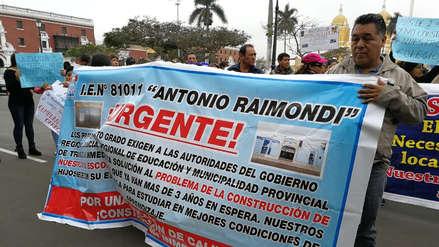 Colegio celebra su aniversario en medio de protestas en Trujillo