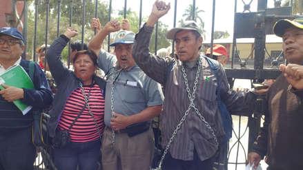 Tumán | Trabajadores se encadenan y protestan pidiendo el pago de sueldos
