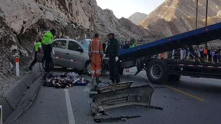 Carretera Central: tres personas murieron en el choque de un automóvil contra un bus