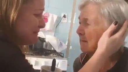 Video | Una mujer con Alzheimer reconoce a su nieta por un instante