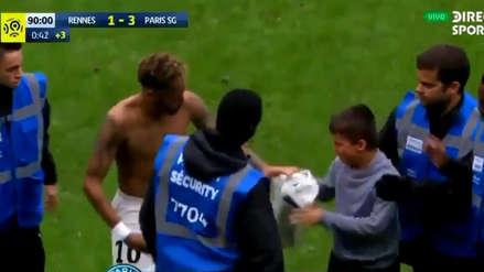 Neymar y su gran gesto al regalarle su camiseta a niño que saltó al campo