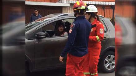 Una mujer embistió con su automóvil a dos bomberos que atendían un accidente en Pueblo Libre