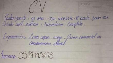 El currículum escrito a mano que dejó un joven en un local comercial para conseguir trabajo