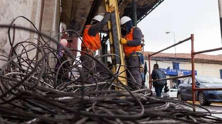 Retiran toneladas de cables de telefonía y energía eléctrica del centro histórico de Cusco