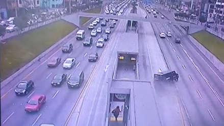 Este es el momento en el que se despista un camión de caudales en la Vía Expresa