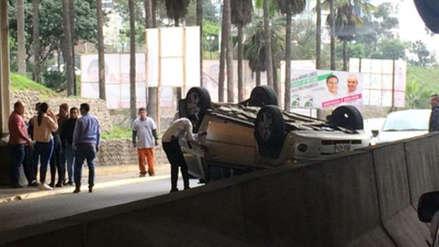 Una persona resultó herida tras volcadura de camioneta en Barranco