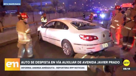 Un auto se despista y casi cae a la vía expresa de Javier Prado