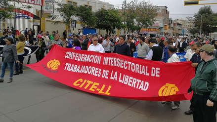 Trabajadores estatales bloquean vía que une a Huanchaco y Trujillo