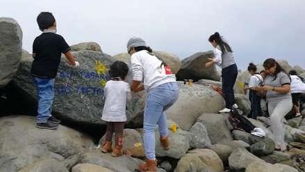 Pintan enrocado de Buenos Aires con lemas de conservación ambiental