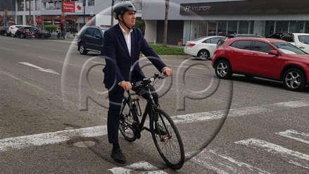 Manuel Velarde fue en bicicleta hacia la sede del debate