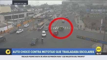 Video   Mototaxi con cuatro escolares se metió en contra y chocó con auto