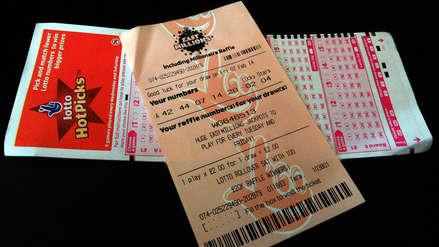 Hombre gana lotería tras hallar billete de 2017 en el forro de su casaca