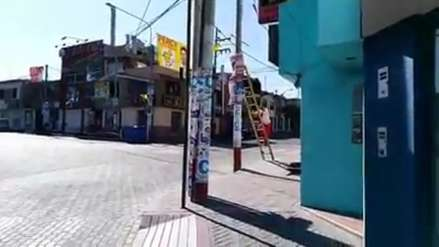 Video   Excandidato sufre caída al retirar su propaganda electoral en Arequipa