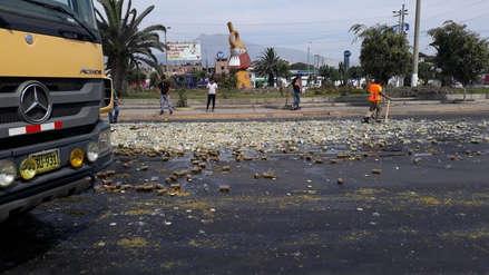 Cae carga de espárragos en la pista cerca al óvalo La Marina