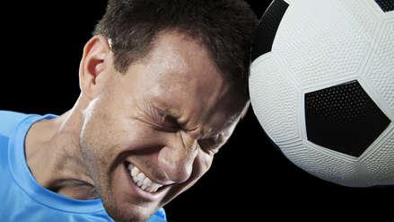 ¿Pegarle con la cabeza al balón de fútbol produce daño cerebral? Esto dicen los expertos