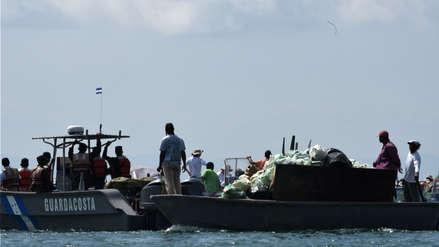 Una embarcación lucha contra la