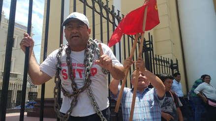 Docentes del Sutep se encadenan en catedral de Chiclayo rechazando decretos