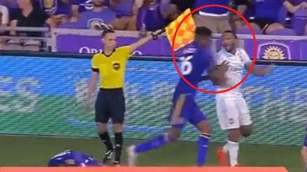 YouTube: Carlos Ascues empujó a rival delante del árbitro y no lo expulsaron
