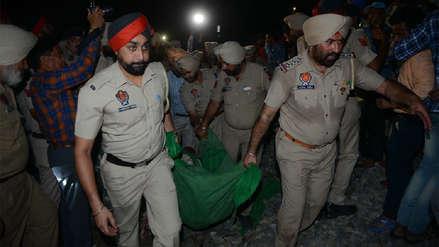 Tren arrolló a una multitud durante festividad religiosa en la India y dejó 58 muertos