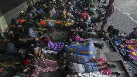 Migrantes hondureños aguardan en la frontera con México en su periplo a Estados Unidos