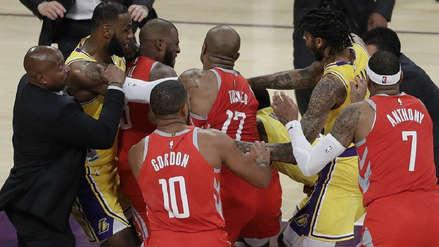 Jugadores de Lakers y Rockets se fueron a los golpes en pleno partido de NBA