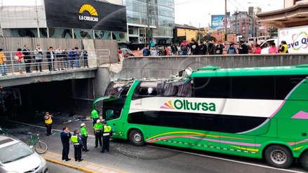 Un bus interprovincial de dos niveles chocó con el puente Villarán