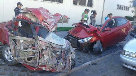 Taxi quedó partido en dos tras accidente en Arequipa