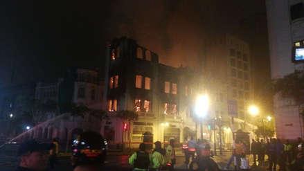 Fotos | Las imágenes del incendio que consumió un histórico edificio de la Plaza San Martín