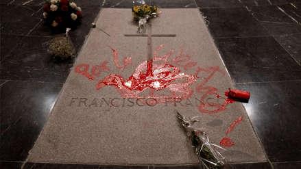 Un artista pintó una paloma roja sobre la tumba del dictador Francisco Franco en España