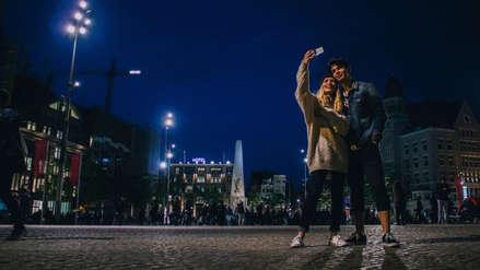 Tutorial: Cómo mejorar tus selfies de noche con estos simples consejos