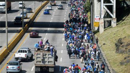 Unos 2,000 migrantes salvadoreños salieron en caravanas hacia Estados Unidos