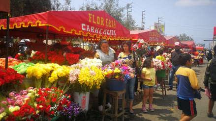 Ramos de flores son vendidos desde S/3 en cementerios trujillanos
