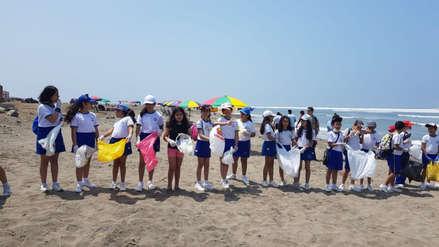 Niños limpian playa de Huanchaco