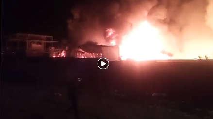 Un gran incendio consume una fábrica de productos de cacao en Pisco
