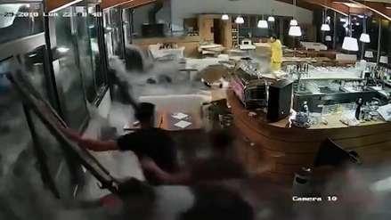 Una gigantesca ola rompió ventanas e inundó un restaurante italiano