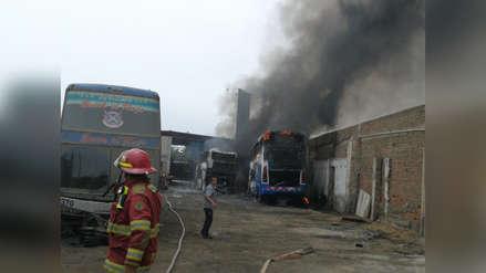Incendio deja un herido y cuatro buses siniestrados en Trujillo