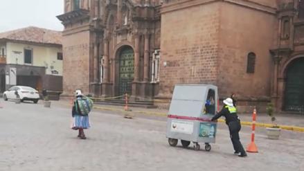 Policía ayuda a anciana que vende golosinas en la plaza mayor de Cusco
