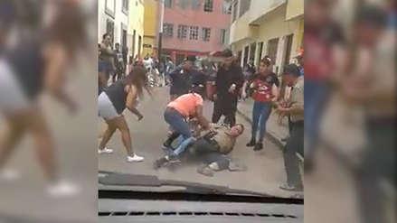 Video | Una turba agredió a dos policías para liberar a un presunto delincuente en el Rímac